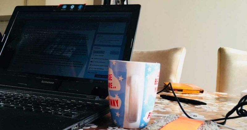 Laptop met koffie