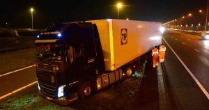 Vrachtwagen-krijgt-klapband-en-rijd-zich-vast-op-A12