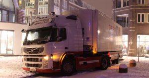 Vrachtwagen-raakt-vast-door-sneeuw-in-Winkelcentrum-Vleuterweide