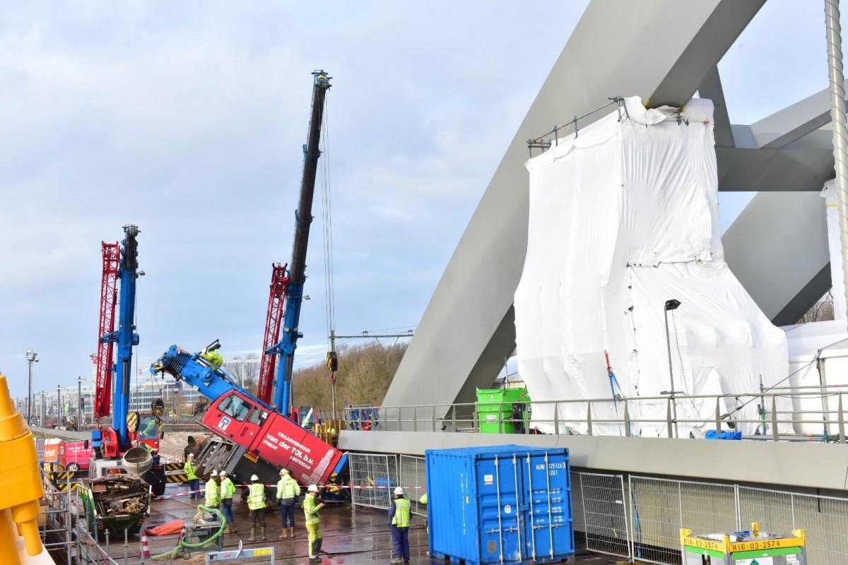 Hijskraan-valt-om-tegen-nieuwe-spoorbrug-Utrecht2