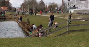 Kinderen-ruimen-zwerfafval-op-bij-Bredeschool-Het-Zand