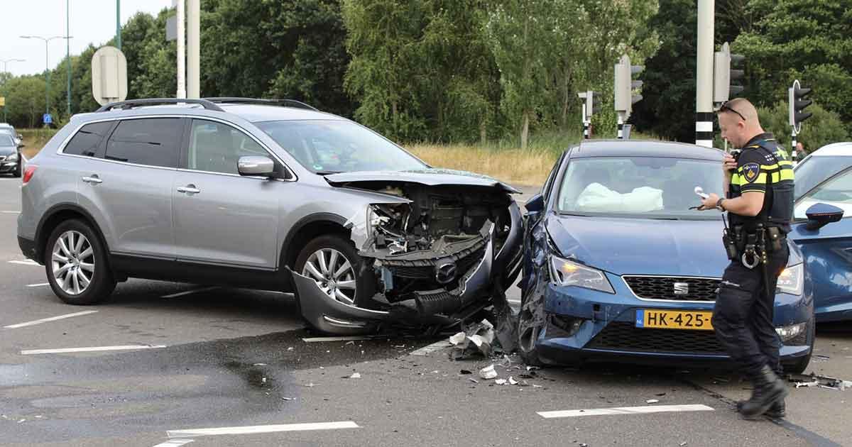 Drie-auto's-botsen-met-elkaar-op-kruispunt-in-De-Meern_2_foto_112mediautrecht