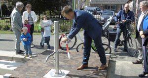 Wethouder-Klaas-Verschuure-opening-Waterspeeltuin-Hoge-Weide_foto_hans_peter_van_rietschoten_3