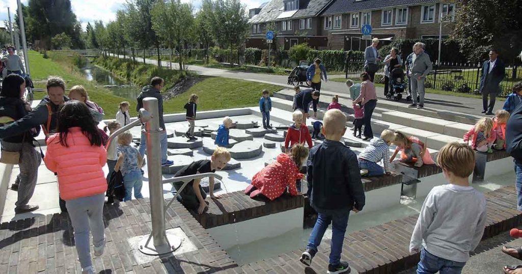 Wethouder-Klaas-Verschuure-opening-Waterspeeltuin-Hoge-Weide_foto_hans_peter_van_rietschoten_5