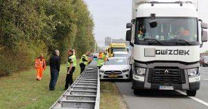Vrachtwagenchauffeur-drukt-auto-vangrail-in-op-A12-3-foto_112mediautrecht