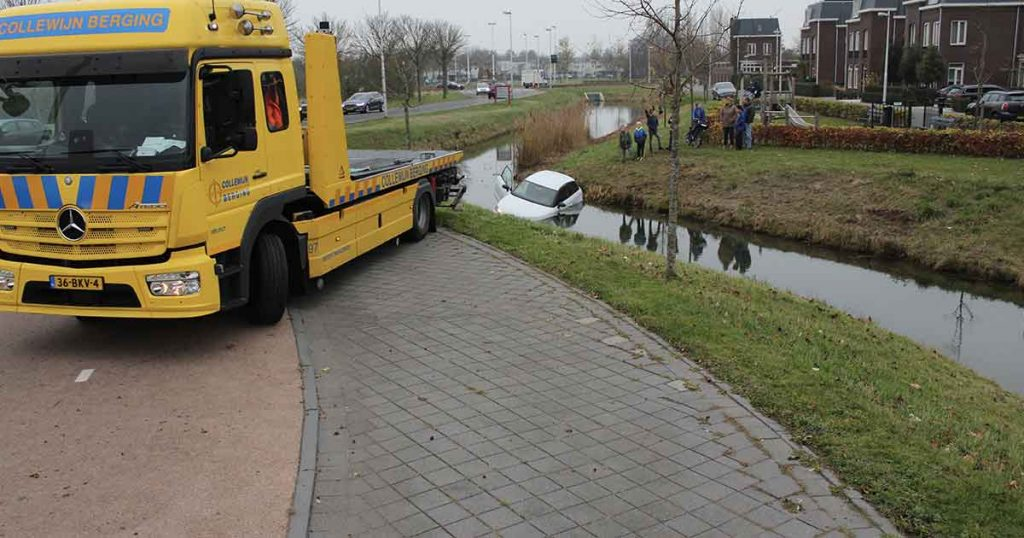 Auto-vliegt-over-rotonde-de-sloot-in2-foto_js_multimedia