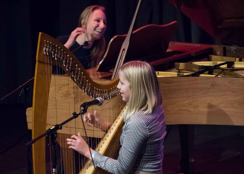 Het-meest-opvallende-optreden-kwam-van-DaY-twee-zussen-op-harp-en-piano-PB230136_foto-Dinger-Knoop