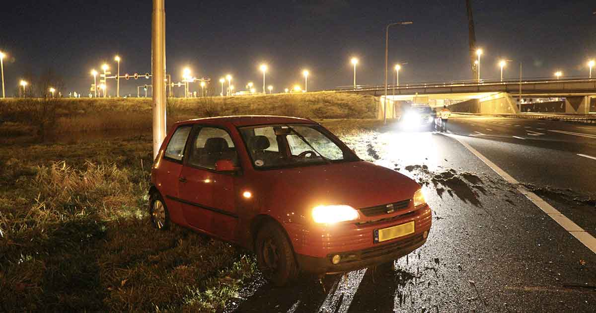 Autodief-crasht-en-rent-weg-over-snelweg2_foto_112mediautrecht