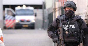 Zwaarbewapende-agenten-bewaken-omgeving-na-vondst-drugs-en-munitie2_foto_112mediautrecht