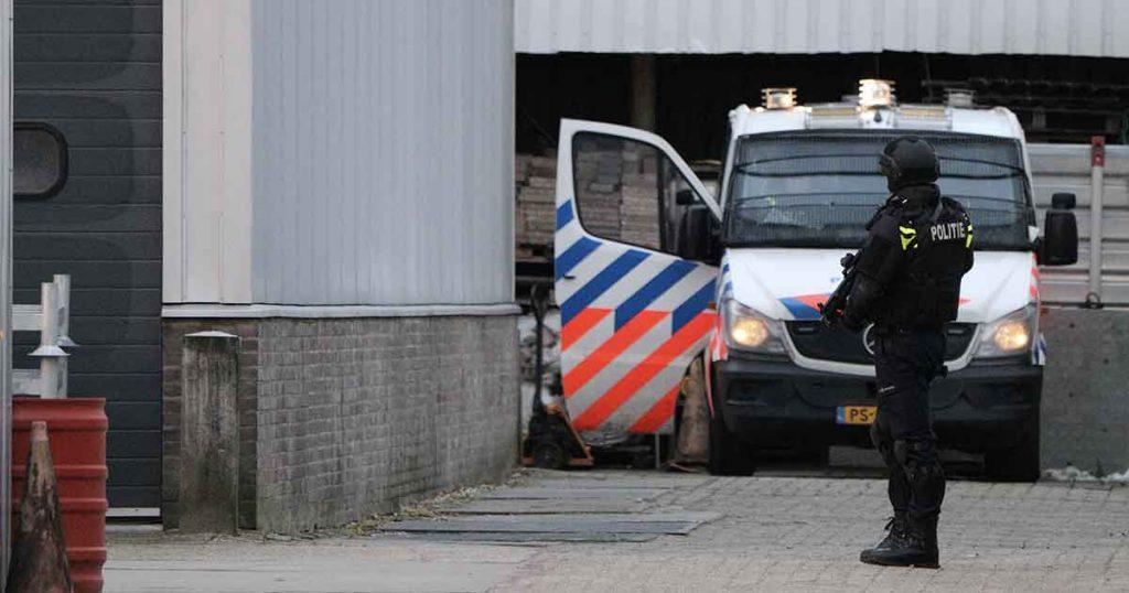 Zwaarbewapende-agenten-bewaken-omgeving-na-vondst-drugs-en-munitie3_foto_112mediautrecht