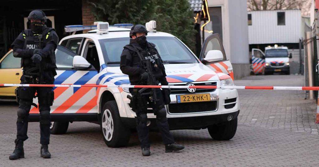 Zwaarbewapende-agenten-bewaken-omgeving-na-vondst-drugs-en-munitie_foto_112mediautrecht