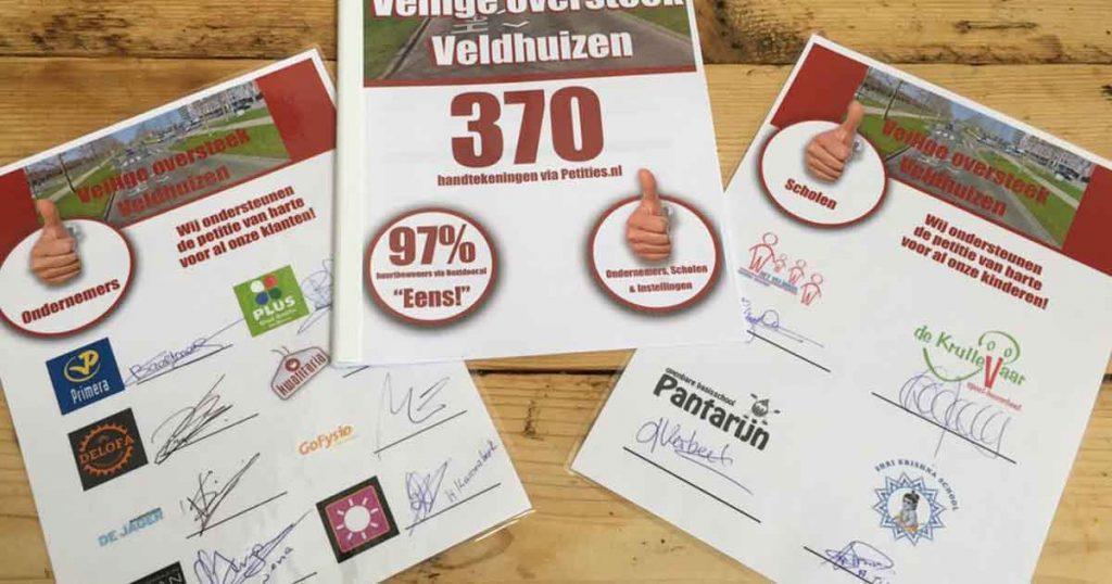 Petitie-voor-veiligere-oversteek-Heldammersingel-overhandigd-aan-burgemeester2