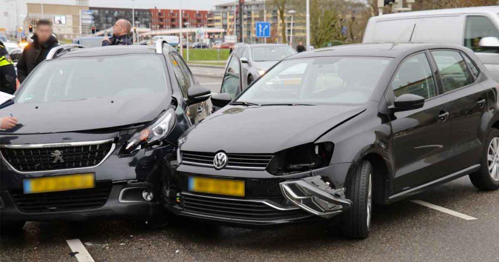 Twee-auto's-met-elkaar-in-botsing-op-de-Vleutensebaan2_foto_112mediautrecht