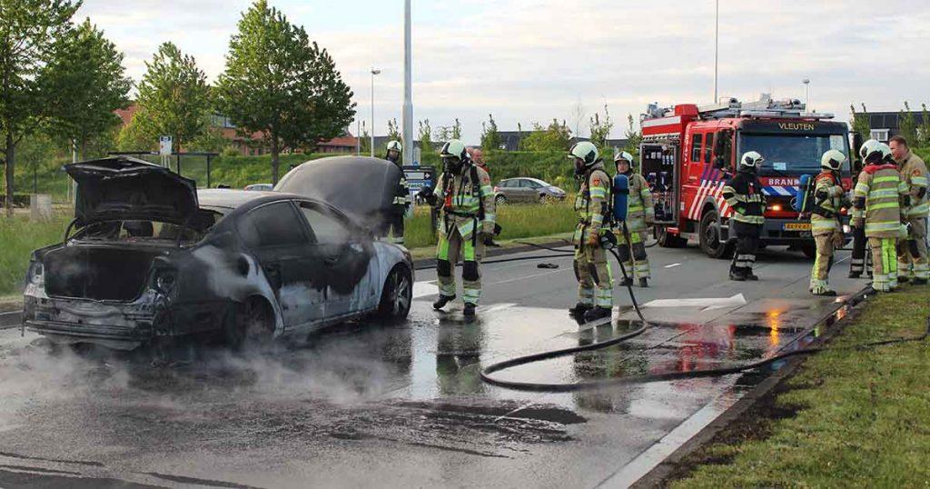 Auto-vliegt-in-brand-tijdens-rijden-in-Vleuterweide_1_foto_112mediautrecht