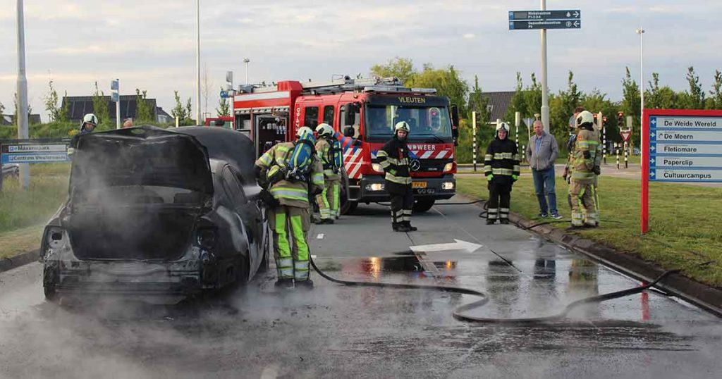 Auto-vliegt-in-brand-tijdens-rijden-in-Vleuterweide_2_foto_112mediautrecht