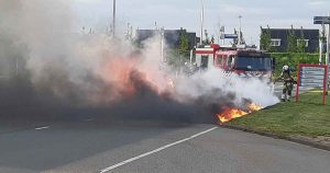 Auto-vliegt-in-brand-tijdens-rijden-in-Vleuterweide_4_foto_112mediautrecht