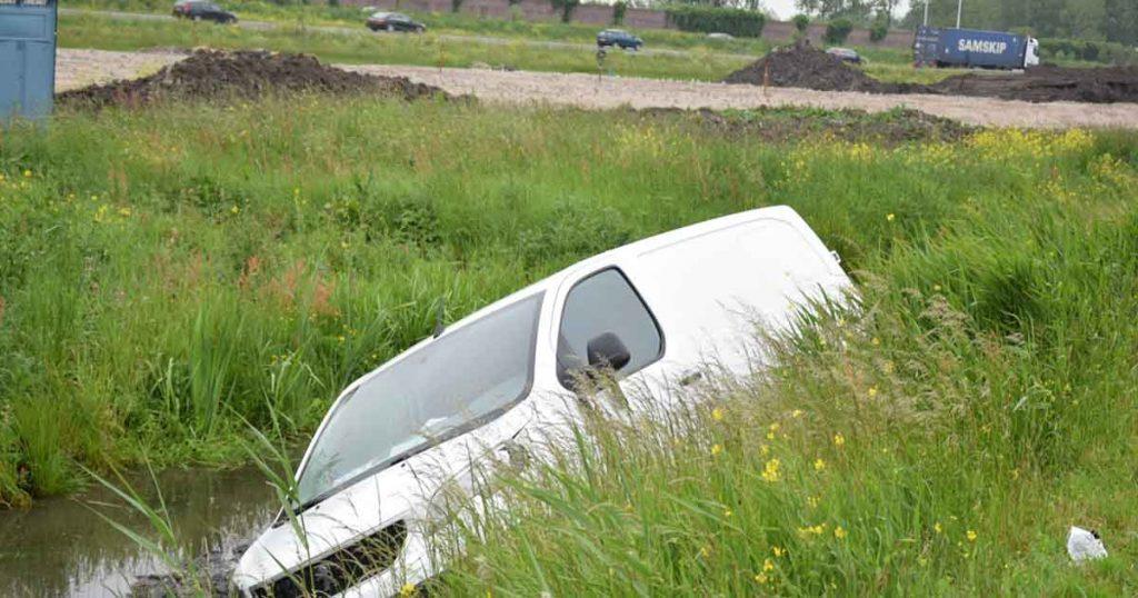 Automobilist-belandt-in-sloot_2_foto_112mediautrecht