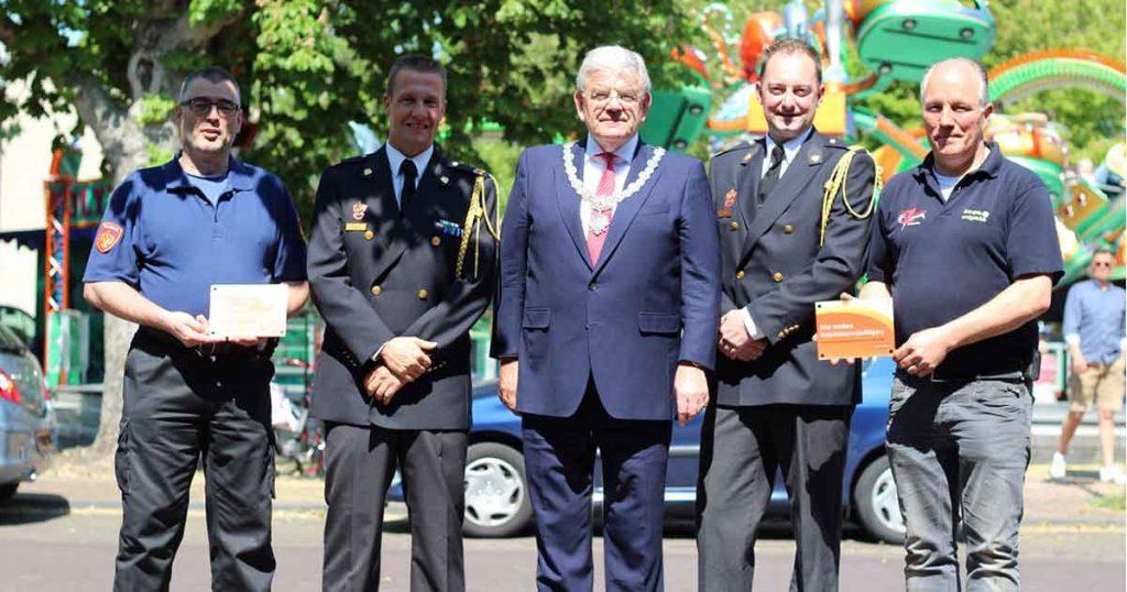 Burgemeester-reikt-gevelbordjes-uit-voor-bedrijven-met-brandweervrijwilligers_foto_Optendrees-Fotografie-K-Vermeulen