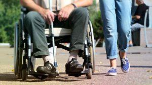 rolstoel_invalide_sociaal_wandelen