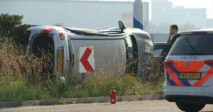 Auto-kanteld-na-ongeluk-in-Lage-Weide_foto_112leidscherijn