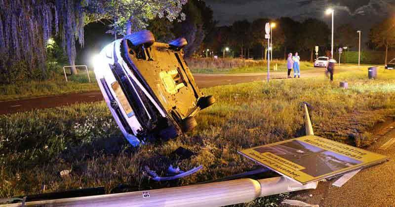 Automobilist-raakt-van-de-weg-en-beland-op-zijn-kant2_foto_112mediautrecht-8b38574