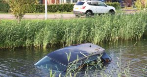 Auto-rolt-het-water-in-aan-de-Mastboslaan-in-Vleuten_foto_112mediautrecht