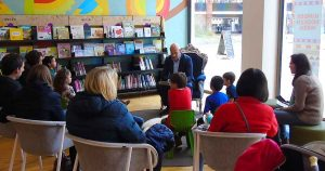 Wijkwethouder Victor Everhardt leest voor - Foto: HP van Rietschoten