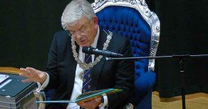 Burgemeester van Zanen leest voor   Foto: HP van Rietschoten