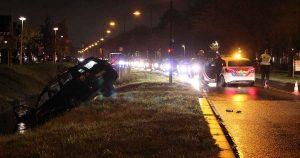 Auto belandt te water na zware crash in De Meern