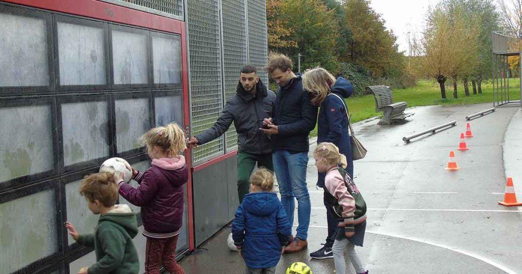 voetbalmuur_Wethouder-Maarten-van-Ooijen-heeft-nu-ook-de-app_foto_hp_van_rietschoten_3