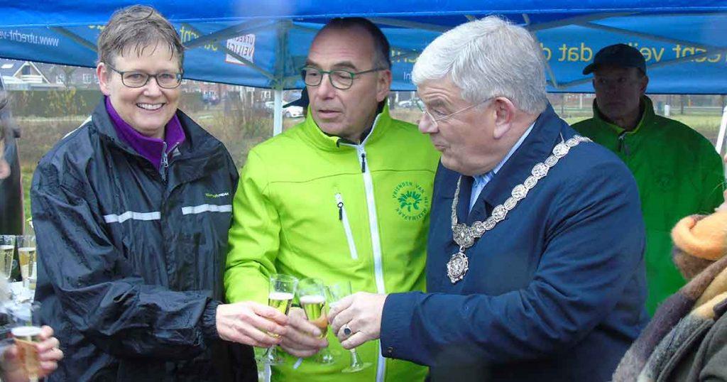 De burgemeester toost op een hopelijk vuurwerkvrij Máximapark. Met Heleen de Boer en Johan de Boer