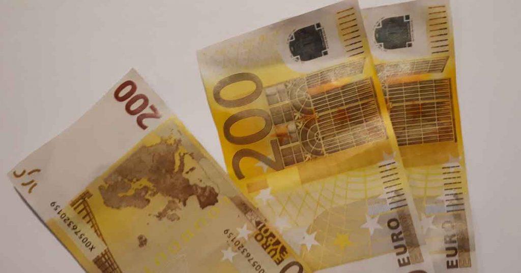 Een-sloot-vol-met-briefjes-van-tweehonderd-euro_foto_politie