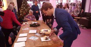 Maarten-van-Ooijen-met-taart-van-burgemeester_foto_hp_van_rietschoten