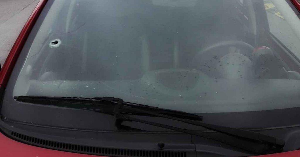 Auto-eigenaar-treft-kapot-geschoten-voorruit-aan.-Kogel-lag-nog-op-de-stoel2_foto_politievdm