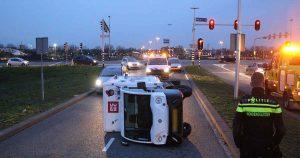 Bezorgwagen-van-PICNIC-beland-op-zijn-kant-in-Utrecht_foto_112mediautrecht
