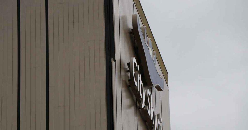 Deel-van-gevel-van-CitySkydive-centrum-bungelt-los_2_foto_112mediautrecht