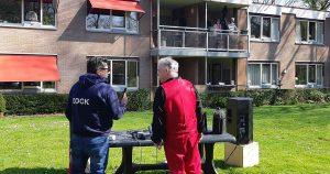 Wim van de Pol draait muziek voor bewoners Parkhof