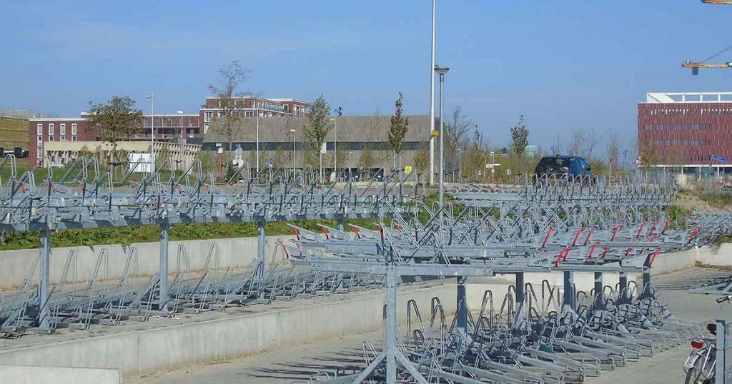 verlaten_fietsenrekken_academie_tien_tijdens_corona_foto_hp_van_rietschoten