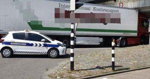 vrachtwagen _klem_onder_viaduct_foto_handhaving030