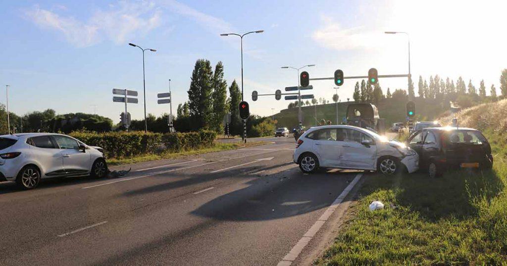 Auto vliegt uit de bocht en ramt stilstaande autos_4_foto_112mediautrecht