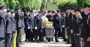 Brandweermannen- en vrouwen begeleiden overleden collega Jan van Selm in Vleuten_3_foto_Optendrees_Fotografie