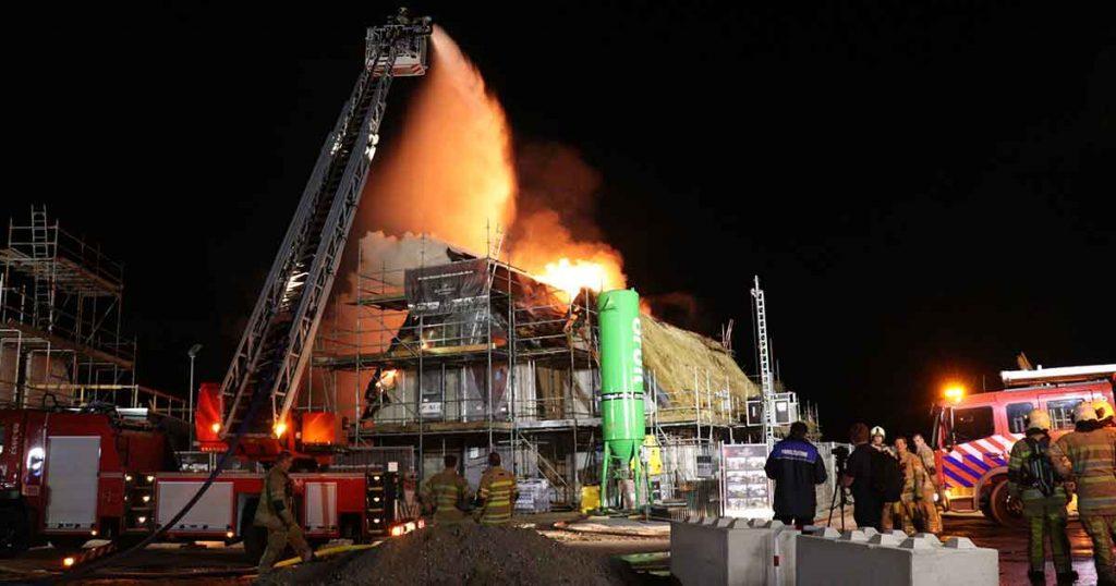 Nieuwbouw villa met rieten kap afgebrand_7_foto_112mediautrecht