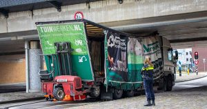 Vrachtwagen boort zich vast onder spoorviaduct in Leidsche Rijn _5_foto_112mediautrecht