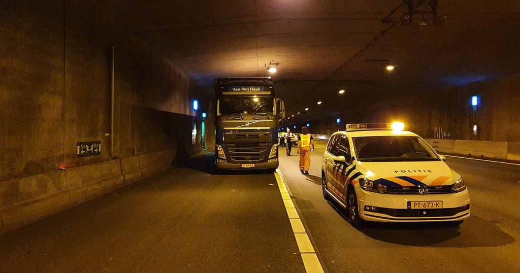 Auto knalt achterop vrachtwagen in de Leidsche Rijn Tunnel4_foto_112mediautrecht