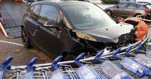 Auto crasht in winkelwagenstalling in Terwijde_1_foto_112mediautrecht