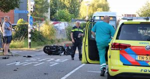 Botsing tussen bezorgscooter en auto op busbaan in Parkwijk