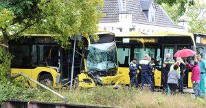 Twee gewonden bij zware crash met bus in De Meern