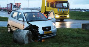 Auto knalt tegen betonblok langs A12 bij Harmelen_3_foto_112mediautrecht