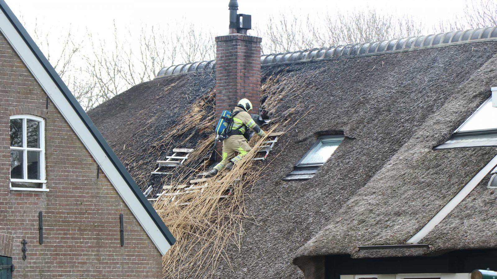 Brandweer rukt groots uit voor brand bij rietenkap woonboerderij.