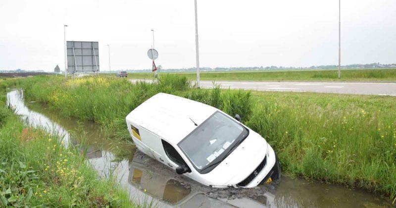 Automobilist-belandt-in-sloot_1_foto_112mediautrecht